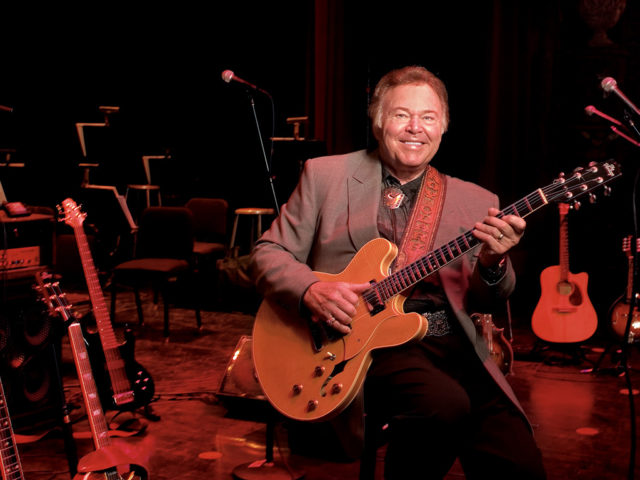 https://cdn.selakentertainment.com/wp-content/uploads/20170303110308/Roy-Clark-2-640x480.jpg